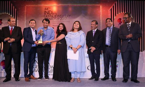 Mr Rajesh Kevadia Deputy GM Sales Kiran Gems receiving award for Best Digital Initiative