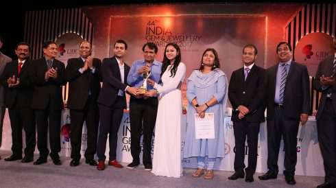 Mr Varun Lakhani Vice President Kiran Gems receiving award for Most Socially Responsible Company